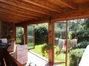 Realizzazioni Tecnoinfissi - Chiusura portico con vetrate impacchettabili in alluminio